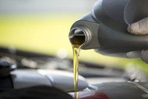 Uzupełnianie oleju podczas serwisu Forda w Warszawie